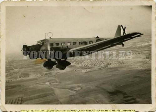 Barcelona, siete trimotores Junkers bombardean la ciudad el 29 de mayo de 1937. by Octavi Centelles