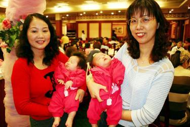 53歲嬤產雙胞孫抱3