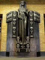 <p>Monumentaal beeld bij de ingang van het postkantoor. Foto: Geerten van Gelder.</p>