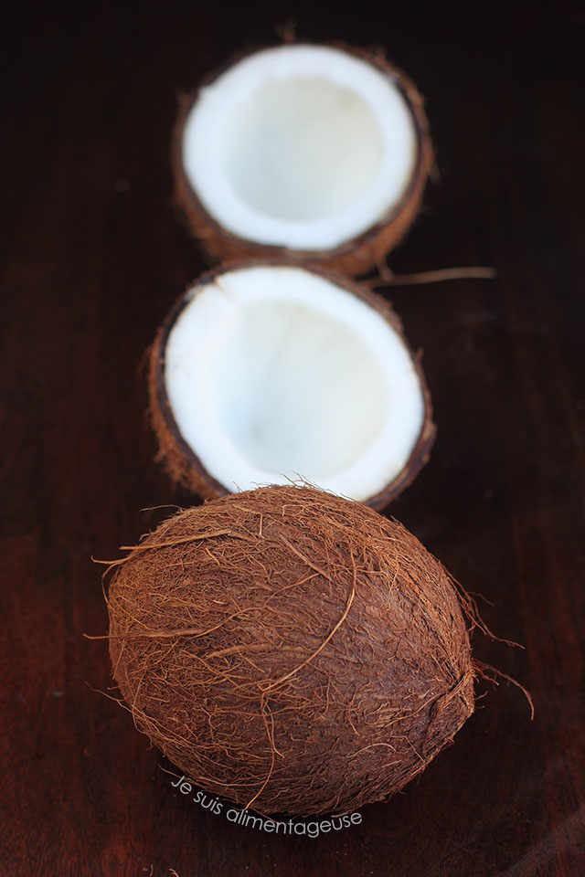 How to crack a coconut | Je suis alimentageuse | #DIY #coconut #vegan #glutenfree