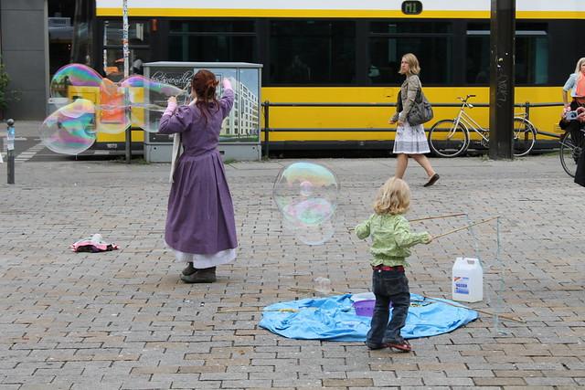 Мыльные пузыри на Хакском рынке в Берлине