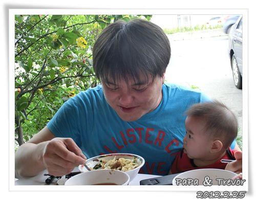 120225-兔寶看著爸爸享受美食