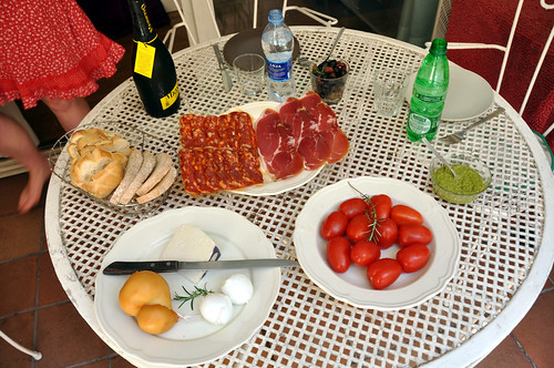 Brød, ost, pølse, skinke tomater, pesto og oliven