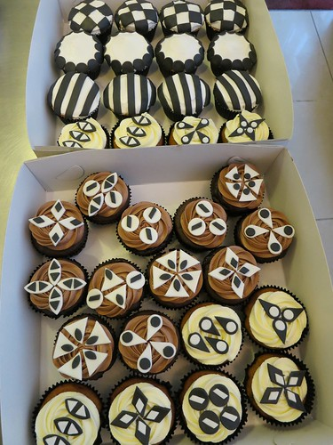 B&W cupcakes by CAKE Amsterdam - Cakes by ZOBOT