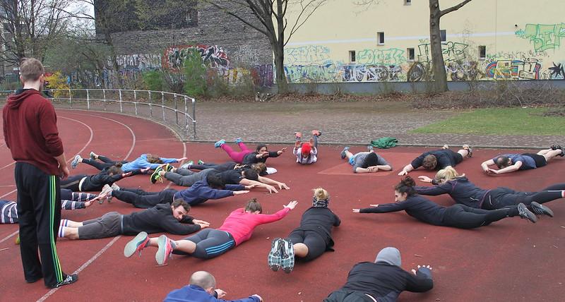 foto de grupo estirando después del outdoor WOD