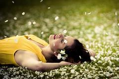 [フリー画像素材] 人物, 女性, 女性 - 横たわる・寝転ぶ, 人物 - 花・植物, イギリス人 ID:201204140800