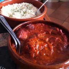 Cassoulet de salsitxes de lacoune, bretagne i d'alsacia amb tomata