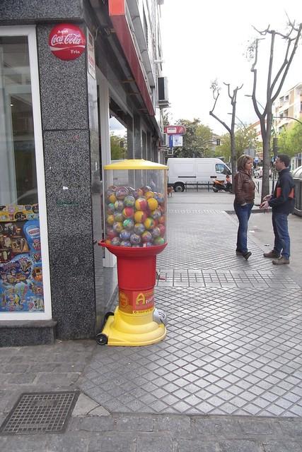 Obstaculo en acera tienda avenida de Almogávares.