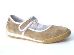 outdoor shoe(0.0), textile(0.0), leather(0.0), athletic shoe(0.0), walking shoe(1.0), brown(1.0), footwear(1.0), shoe(1.0), beige(1.0), tan(1.0), suede(1.0),