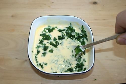 24 - Eigelb mit Creme fraiche & Bärlauch verrühren / Mix yolk with creme fraiche & bear's garlic