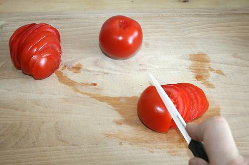 15 - In Scheiben schneiden / Cut tomatoes into slices