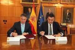 Tomás Burgos y José Manuel García Ballestero en el momento de la firma de la cesión