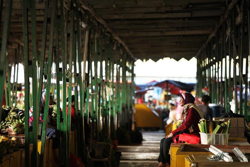 午後時分,陽光斜照西向的果菜市場,溫暖的畫面令令人著迷