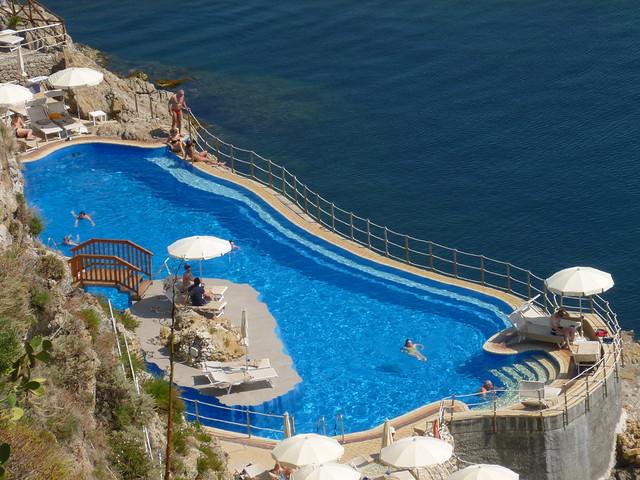 Vue en hauteur sur la piscine de l'hôtel