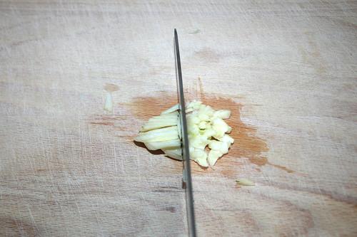 15 - Knoblauch hacken / Cut garlic
