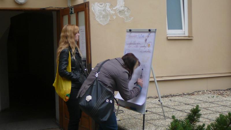 Návštěvníci mohli hned u vstupu nakreslit obrázek nebo napsat vzkaz. Foto: Adéla Procházková