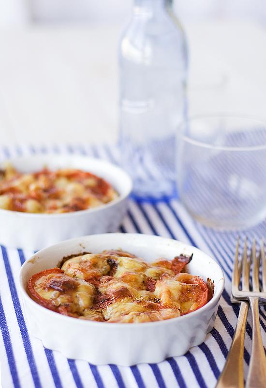 Patatas con tomates, cebollas y hierbas aromáticas, al horno