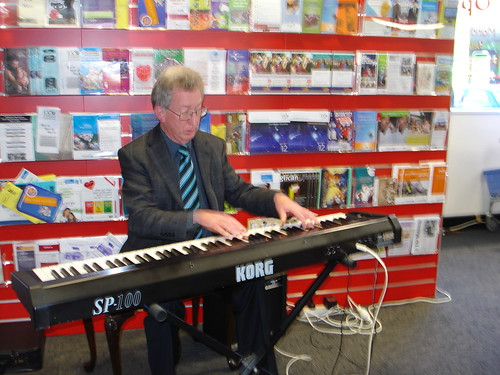 Laurie Searle performs at Shirley Library. 7 May 2...