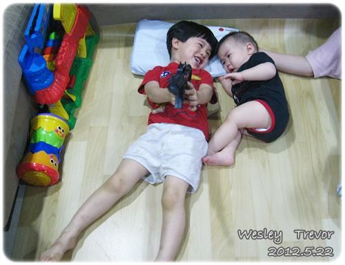 120522-一對寶一起玩