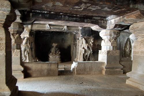Der Nandi ist in seinem Schrein bewacht von zwei Durgas