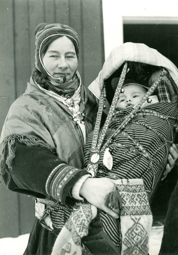Mor med barn i komse. Mother and child in Finnmark, Norway. Photo by Preus Museum, 2012