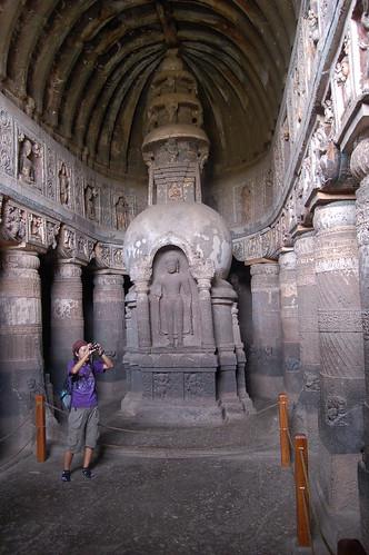 Hier ist ein Buddha in der Stupa, insgesamt wirkt die Halle höher mit eine Fries von Buddhas