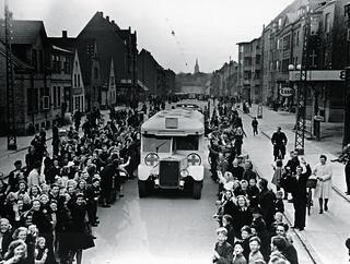 Bernadotte-aktionen. Danske Røde Kors busser kører gennem Odense d. 17. april 1945 på vej til Sverige med danske fanger fra tyske koncentrationslejre