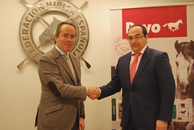Acuerdo.Izq a dcha.Javier Revuelta, presidente de la RFHE, y Joaquín Peinado, director de Marketing de Pavo en España y Portugal