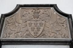 <p>Het wapenschild van de familie Van Weede van Dijkveld, detail van het grafschild. Foto: Anna van Kooij.</p>