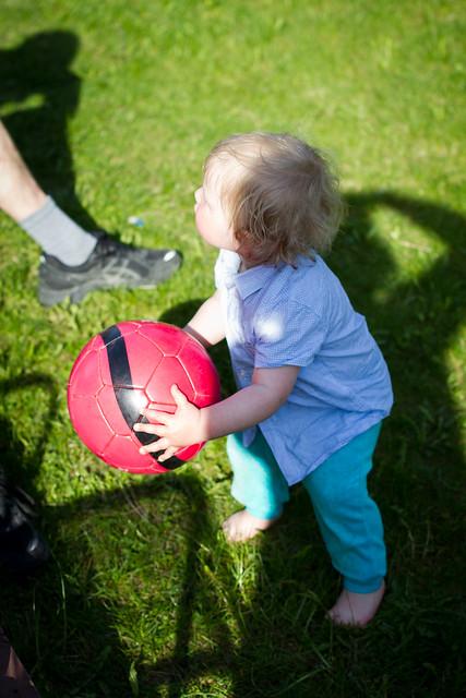 Olli leker med ball