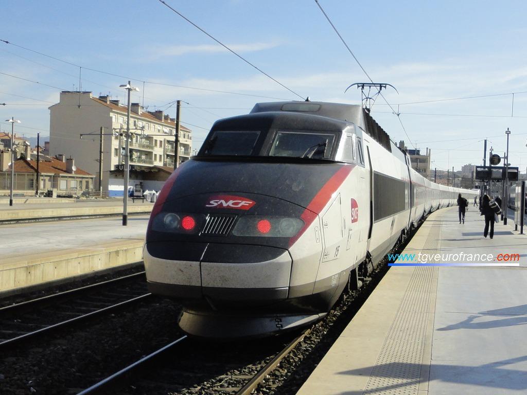 La rame TGV Sud-Est 15 de SNCF Voyages quittant la gare marseillaise le 10 mai 2012