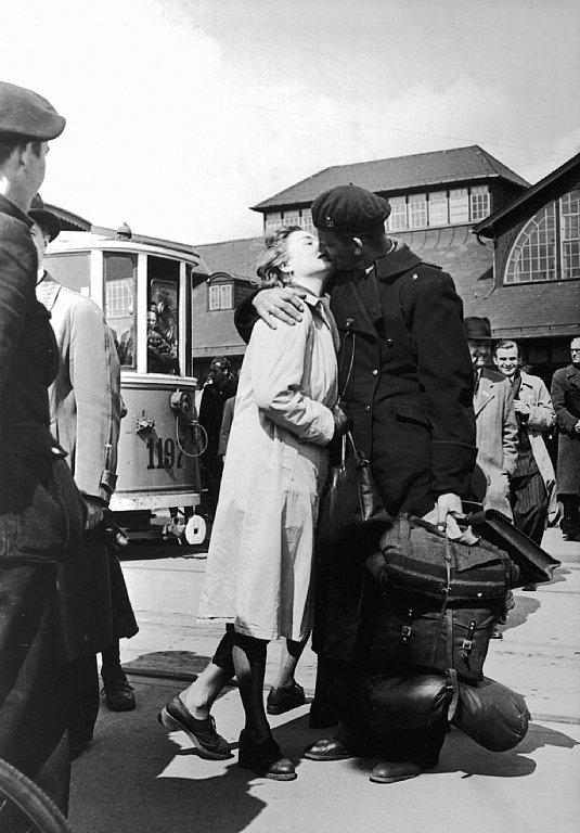 Bernadotte-aktionen. Dansk politibetjent fra tysk koncentrationslejr hilses velkommen på Østerport Station d. 2. maj 1945