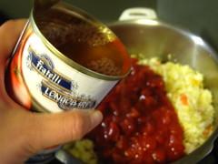 トマト缶、水を入れます
