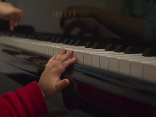 I want to play piano with mommy