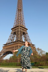 katie posing at the eiffel tower