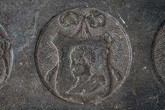 <p>Grafsteen van Bruijns Rust, detailopname van het Morenhoofd. Het hoofd is afgebeeld zonder tulband. Foto: Anna van Kooij.</p>