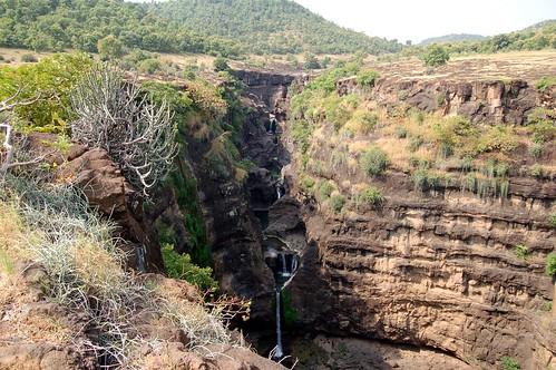 Der Wasserfall führt durch sieben Teiche zum Grund