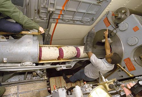 800px-USS_Iowa_(BB-61)_ramming_powder_bags