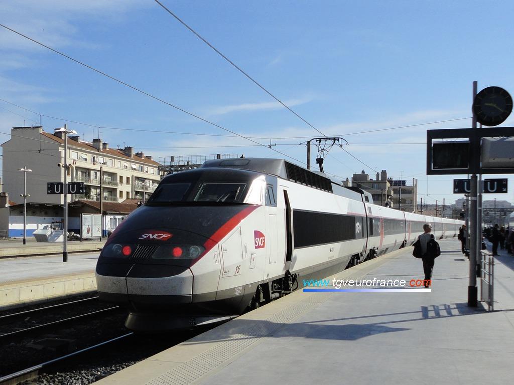 Une rame TGV Sud-Est (la 15) arborant la nouvelle livrée SNCF blanche et carmillon
