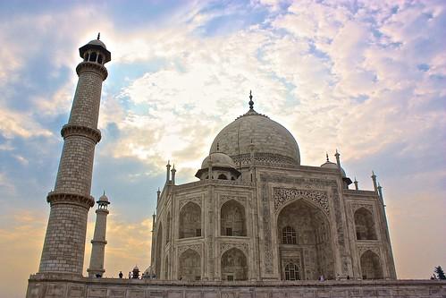 The sun starts to rise above the Taj Mahal