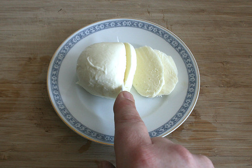 20 - Mozzarella in Scheiben schneiden / Cut mozzarella in slices
