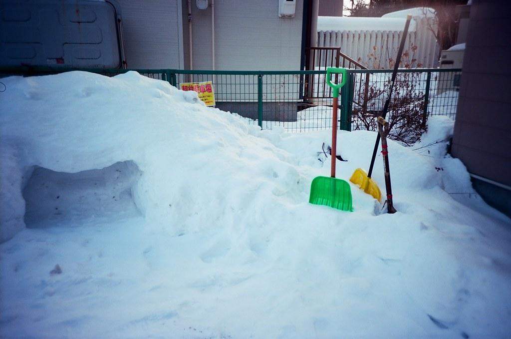 學園前 札幌 北海道 Sapporo, Japan / Kodak Pro Ektar / Lomo LC-A+ 短暫的轉入一個巷子內,看到一戶人家的停車場,必要的除雪工具。  只是我比較好奇的是那個方方的洞原本是什麼,看起來也不像是一輛車的寬度。  Lomo LC-A+ Kodak Pro Ektar 100 8267-0005 2016-01-31 ~ 2016-02-02 Photo by Toomore