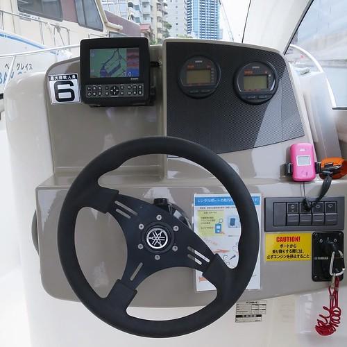 GPS付き。水深も測れます。この艇は1.8mくらいが限界なので、それより浅いところは避けて航行させます。非常用の電話も付いてますが、通常マリーナと連絡するときは自前のスマホから電話します。 #勝どきマリーナ