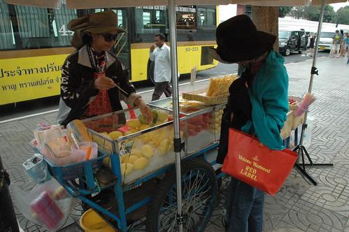 ワット・ポーの正面入り口付近でマンゴーを買う。