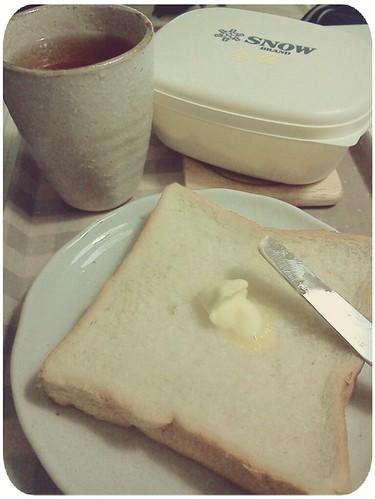 早餐 ::: 厚片奶油吐司+決明子茶 by 南南風_e l a i n e
