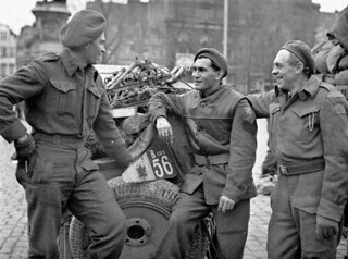 Three soldiers of the Regina Rifles Regiment who landed in France on June 6, 1944, in Ghent, Belgium, November 8, 1944 / Trois soldats du Regina Rifles Regiment ayant participé au débarquement du 6 juin 1944, Ghent, Belgique, 8 novembre 1944