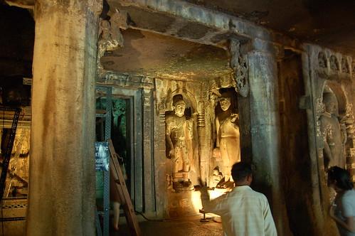 Im Tempel sind auch einige Figuren, die aussehen wie hinduistische Götter