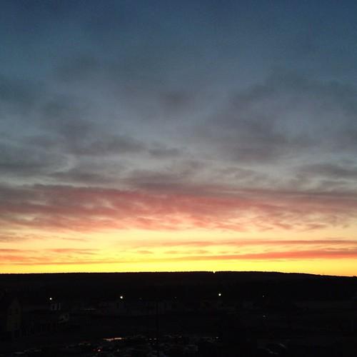 Лёг спать на несколько часов раньше обычного. Проснулся и смотрю на протискивающийся сквозь темноту новый день.