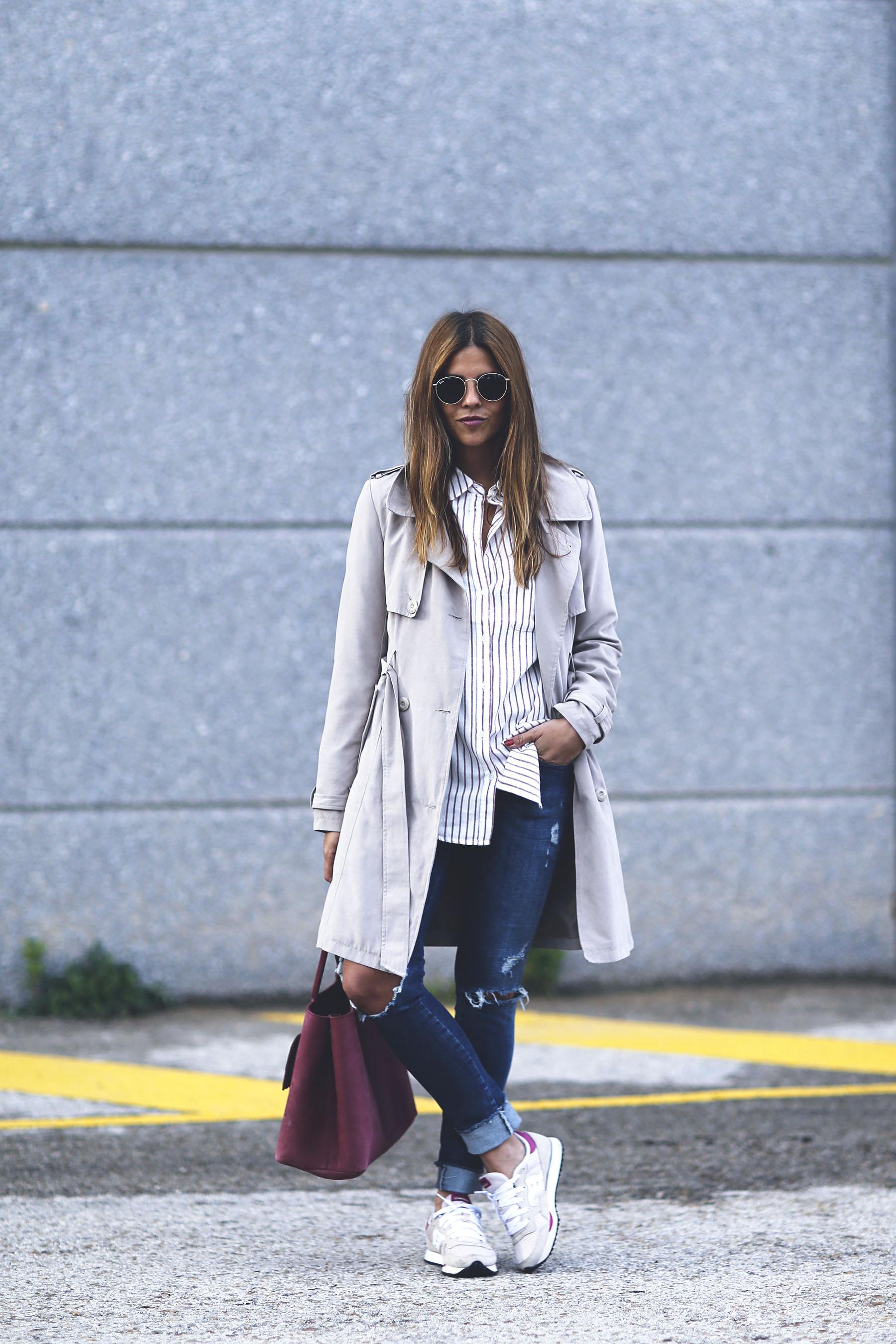 trendy-taste-look-outfit-sneakers-saucony-tita-madrid-trench-gabardina-denim-jeans-primavera-6