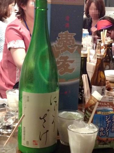 カクテル作成中。日本酒と牛乳。そして炭酸をいれるとマッコリみたいな味。@日本酒の新しい楽しみ方を学ぶ!ワークショップ